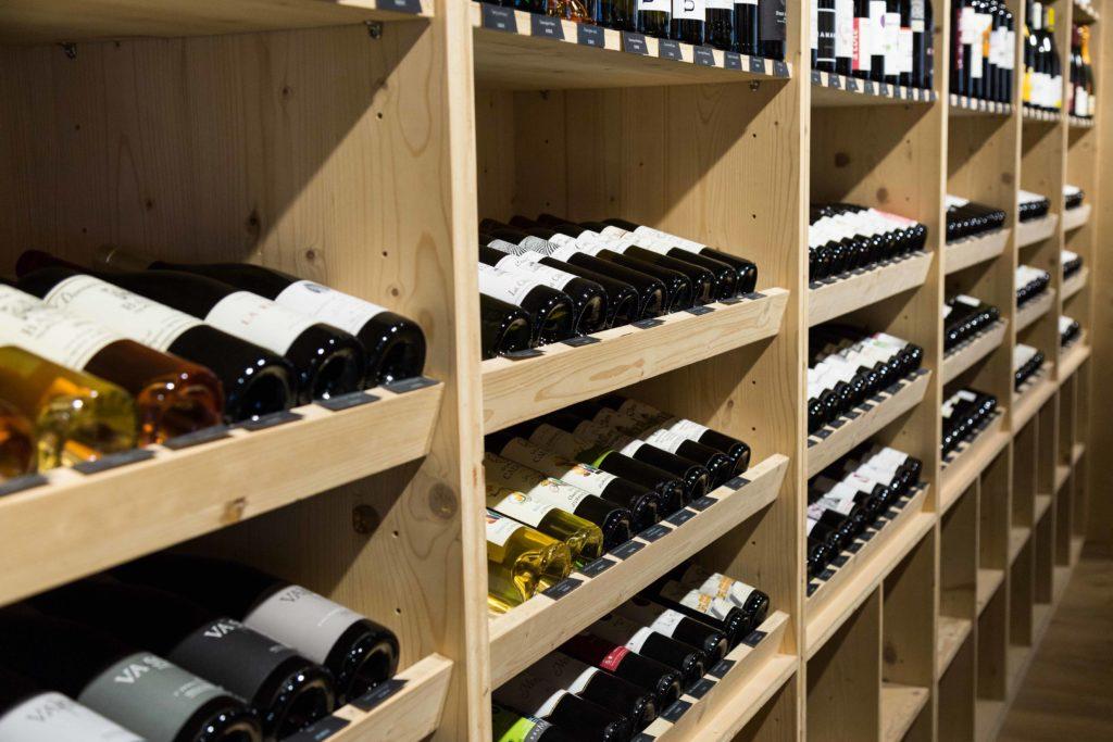 Pour découvrir la sélection des vins des Caves de Joseph, région par région, consultez le catalogue, édité une fois par an.